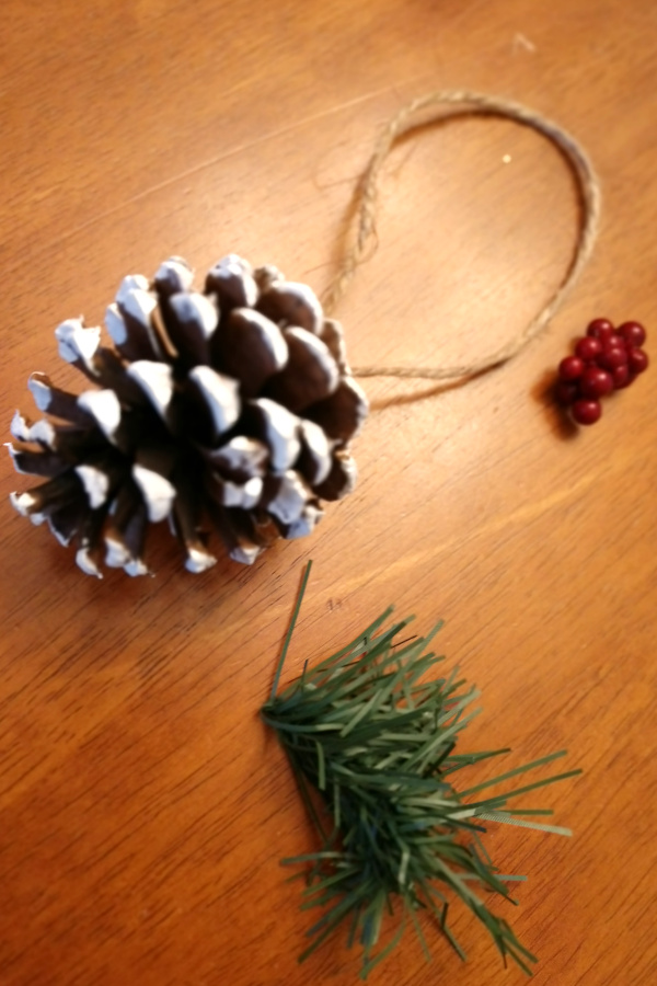 pine cone ornament materials for DIY assembly.